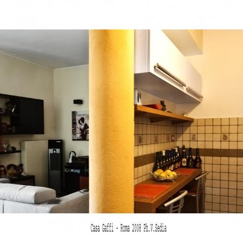 Casa Gaffi – Roma 2008. Colonna tra cucina e soggiorno